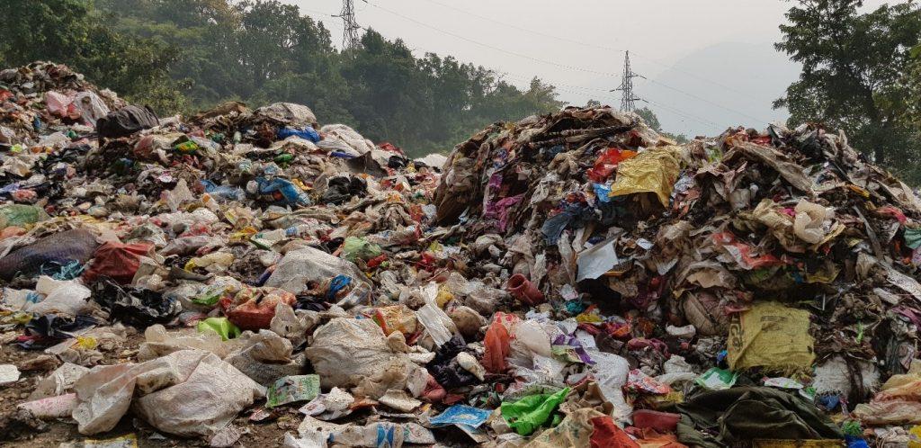 हिमालय में बढ़ता कचरे का पहाड़
