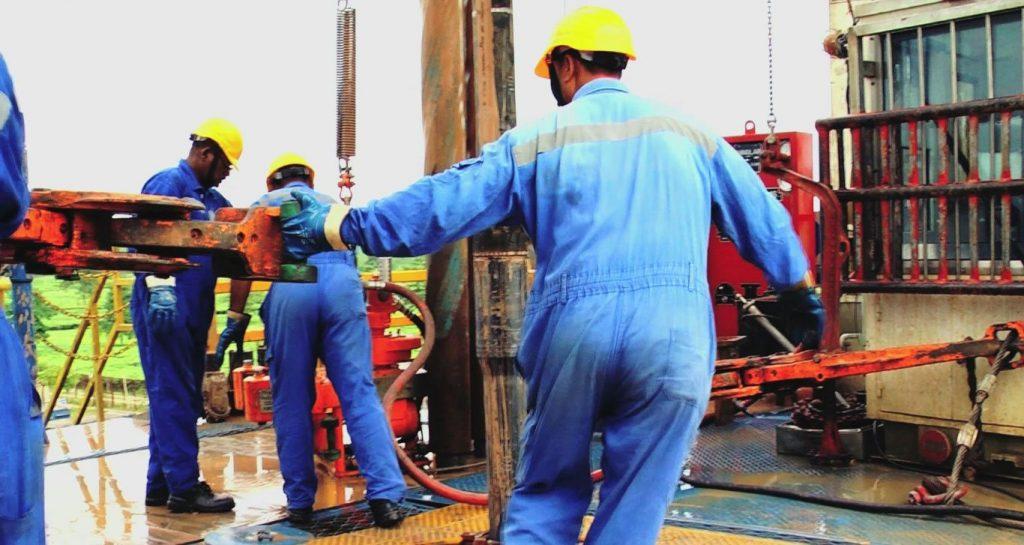 तेल और गैस निकालने के लिये कंपनियों को नियमों में ढील