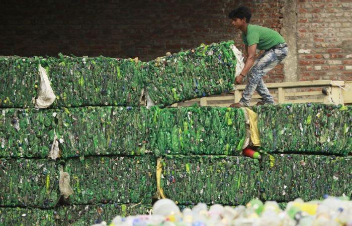 प्लास्टिक की डिमाण्ड ढलान पर, पेट्रोकेमिकल का भविष्य ख़तरे में