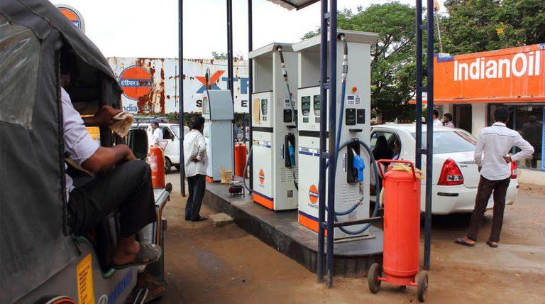 भारत के 69,000 पेट्रोल पंपों पर होंगे कार चार्जिंग प्वाइंट