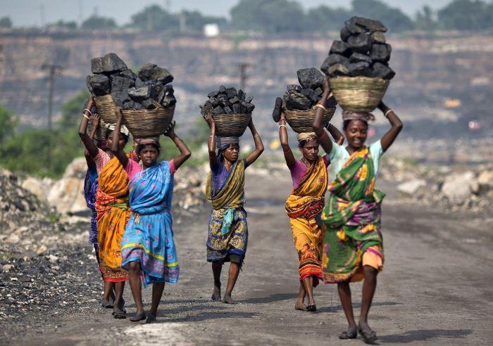 खनन का दंश झेल रही देश की महिलाएं, स्वास्थ्य से लेकर अस्मिता तक खतरे में