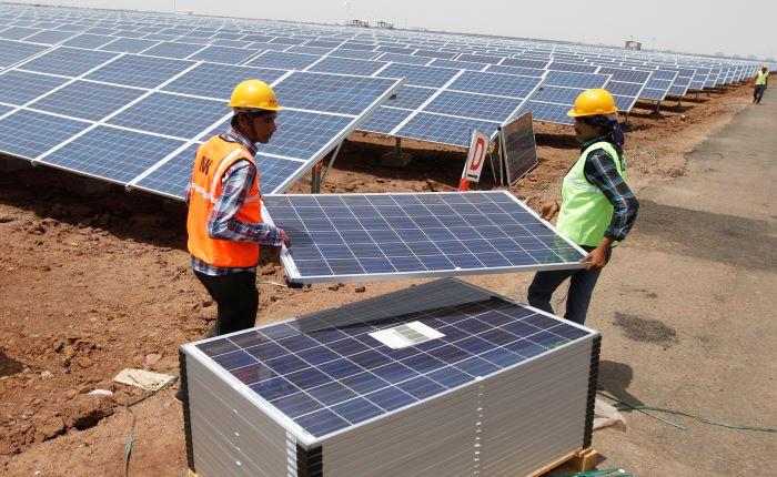 भारत के सौर और पवन ऊर्जा बढ़ोतरी का ग्राफ ढला