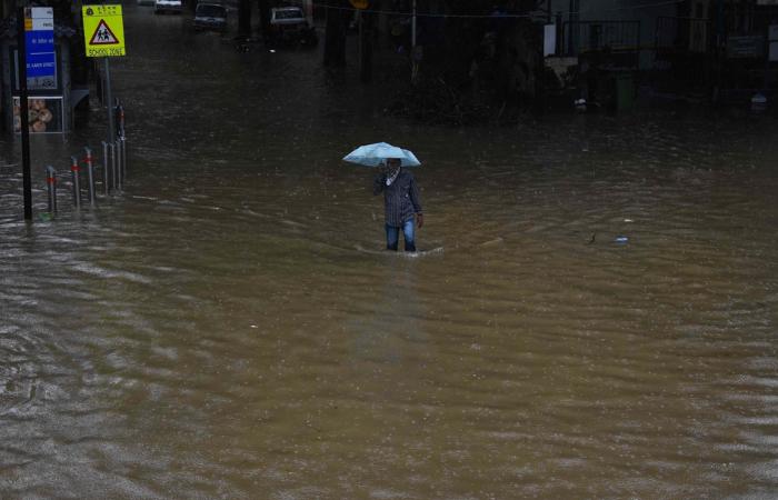 बाढ़-भूस्खलन से भारत में सैकड़ों मरे, जानकारों ने दी जलवायु परिवर्तन के बढ़ते प्रभाव की चेतावनी