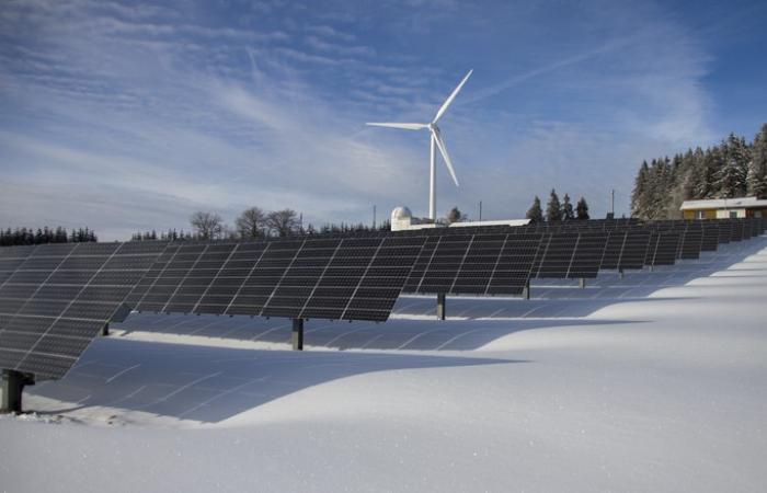 सौर और पवन ऊर्जा क्षमता वृद्धि की रिकॉर्ड रफ्तार